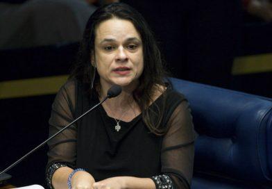 Golden shower de Bolsonaro seria cult se postado pela esquerda, diz Janaína Paschoal