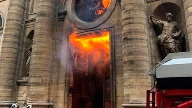 Cristofobia: doze igrejas são profanadas na França e padre é esfaqueado no Canadá