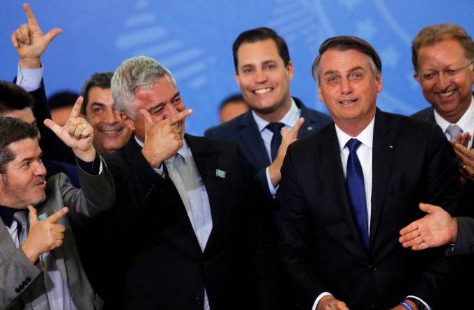 """Bolsonaro assina decreto que muda regras para armas """"no limite da lei"""""""