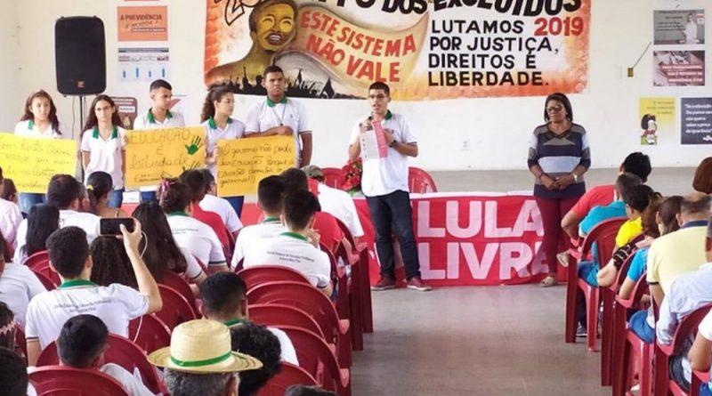 DENÚNCIA: estudantes são levados em horário de aula para ato político em sindicato