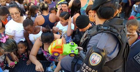 Militares doam mais de 800 brinquedos para crianças carentes em Marataízes