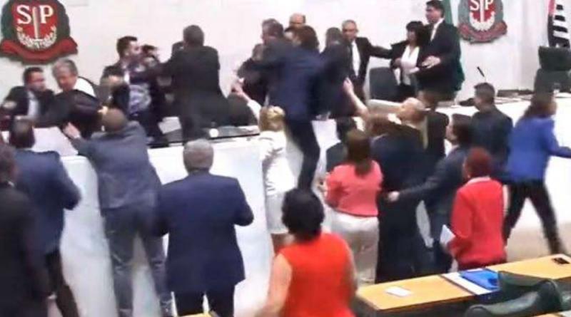 """Sindicalistas invadem a ALESP, chamam Janaína de """"nazista"""" e ameaçam de morte """"Mamãe Falei"""""""
