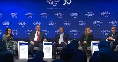 """Recuperação da economia do Brasil é aplaudida de pé em Davos: """"o mundo precisa de mais comida"""", diz Paulo Guedes"""