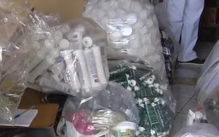 GCM fecha fábrica clandestina de álcool gel que funcionava dentro de casa em Aparecida de Goiânia (GO)