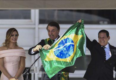 Quem queima a bandeira nacional é terrorista, diz Bolsonaro