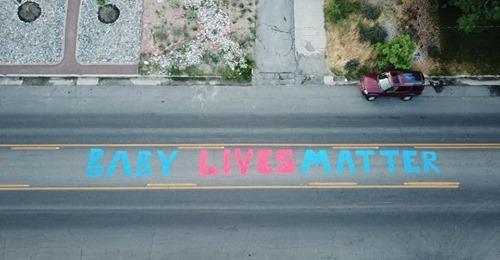 Vidas de Bebês Importam' é pintado em frente à ONG abortista
