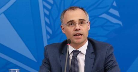 Após jornalista desejar morte de Bolsonaro, ministro pede inquérito contra Folha