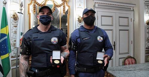 Guardas que foram humilhados por desembargador ganham medalha em homenagem por conduta exemplar