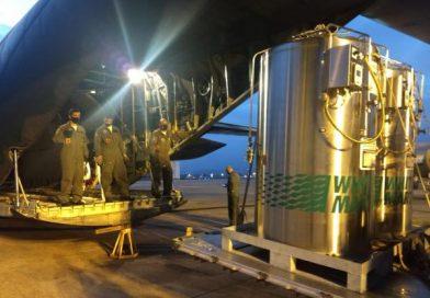 FAB transporta cilindros de oxigênio para o Amazonas